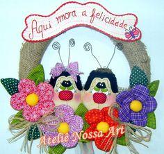 Guirlanda para enfeitar a porta.Feita com bonecos e flores de tecido,plaquinha em mdf. R$45,00