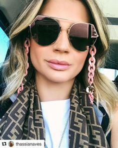 7134e29bd Modelo Fendi. Foto: instagram @thassianaves Acessorios Para Oculos, Cordão  Para Oculos,