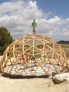 Dome Structure, Bamboo Structure, Round House Plans, Carport Patio, Cheap Tiny House, Outside Fire Pits, Geodesic Dome Homes, Eco Buildings, Chalet Design