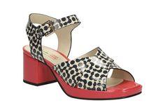 Sandalen mit überkreuzenden Riemchen in Premium-Leder aus unserer Kollaboration mit Orla Kiely, Clarks Orla Blanche, 180,00 Euro: http://www.clarks.de/p/26108780
