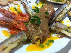 Peu de porc amb gambes, navalles, crema de pastanaga i pèsols