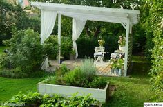 Vi bygger en pergola i söderläge, perfekt för middagar, hängmattan eller en höstfika.