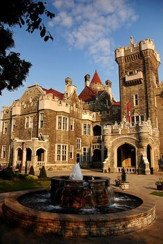Casa Loma, a castle in the heart of Toronto, Ontario, Canada. Places Around The World, Oh The Places You'll Go, Places To Visit, Around The Worlds, Ottawa, Beautiful Castles, Beautiful Places, Torre Cn, Toronto Ontario Canada