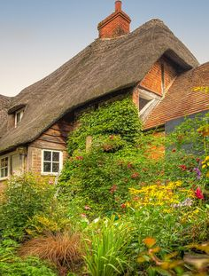 """outdoormagic: """" A cottage garden in Wilton, Wiltshire by Anguskirk """" Cottage Style Homes, Cottage Design, Cozy Cottage, Cottage Living, Stone Cottages, Cottages Uk, Unusual Homes, House In The Woods, Deco"""