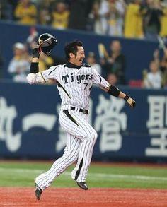 2013.04.02 阪神対中日 9回、サヨナラ適時打を放ち喜びのあまり帽子を投げる西岡剛