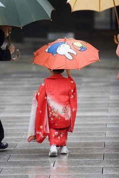 Meiji-Jingu, Tokyo Young girl, in traditional kimono with her umbrella at Meiji-Jingu, in Omote-Sando. Japanese Kids, Learning Japanese, Hina Matsuri, Traditional Kimono, Under My Umbrella, Tokyo Travel, World Images, Dancing In The Rain, Japanese Kimono