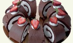 Bezlepkový dezert? Vyzkoušejte tuto skvělou roládu ze 4 surovin! Sweet Desserts, Sweet Recipes, Birthday Cake Delivery, Oreo Cupcakes, Sweet And Salty, Gluten Free Recipes, Gingerbread Cookies, Food And Drink, Low Carb
