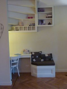 Mooie manier om trap af te werken, bureau onder trap Open Trap, Under Stairs, Nook, Corner Desk, House Plans, Sweet Home, New Homes, Lounge, House Design