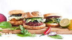Ať už se snažíte omezit příjem masa, při vaření myslíte i na vegetariány, nebo jen rádi občas trochu odlehčíte jídelníček, fazolovo-semínkové burgery by ve vašem repertoáru receptů neměly chybět. Jsou totiž famózní! Mango Salsa, Salmon Burgers, Cooking Tips, Vegan, Ethnic Recipes, Food, Bar, Essen, Meals