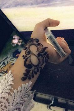 Hide your love name in mehendi design. Finger Henna Designs, Mehndi Designs For Girls, Mehndi Designs 2018, Stylish Mehndi Designs, Beautiful Mehndi Design, Henna Tattoo Designs, Henna Tattoo Hand, Hand Mehndi, Henna Art