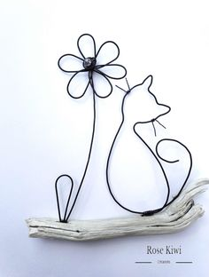 The cat and flower. Wire annealing and natural wood wall hanging. Original idea for a Christmas gift. Wire Crafts, Metal Crafts, Diy And Crafts, Arts And Crafts, Sculptures Sur Fil, Copper Wire Art, Wire Art Sculpture, Wire Flowers, Iron Wire