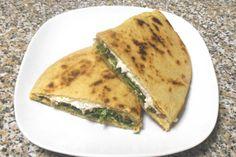 La piadina romagnola, o piada, è uno dei prodotti dell'Emilia-Romagna più famosi e apprezzati nel mondo. Si mangia come pane o farcita come piatto unico.