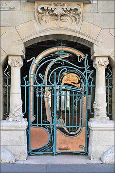 L'entrée du Castel Béranger (Hector Guimard, Paris) by dalbera, via Flickr