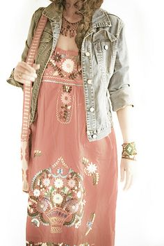 Boho fashion: embroidered dress and jeans jacket. Via HIPPIE MASA