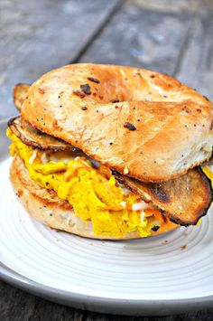 This vegan breakfast bagel sandwich has the most perfect fluffy vegan egg, smoky, crispy potato slices and vegan cheese! The best breakfast ever! Vegan Breakfast Sandwich Recipe, Vegetarian Sandwich Recipes, Breakfast Bagel, Bagel Sandwich, Vegan Breakfast Recipes, Best Breakfast, Vegan Recipes, Vegan Foods, Breakfast Sandwiches