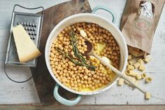 Pasta e ceci (Pasta mit Kichererbsen) für 2 Personen Zutaten – 200 g Pasta (Ditaloni oder eine andere kurze Sorte), 400 g Kichererbsen (aus der Konserve), Pflanzenöl, 2 Rosmarinzweige, 1 Knoblauchzehe, Salz, Pfeffer, Parmesan
