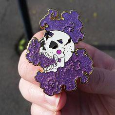 Brillo cráneo grande duro esmalte Pin púrpura oro blanco