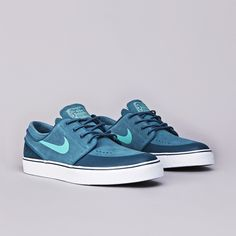A new release from the Nike SB camp comes in the form of another very solid looking Janoski. Featuring a suede upper and white midsoles, the shoes come in Sock Shoes, Men's Shoes, Shoes Sneakers, Shoes Men, Janoski Nike, Most Popular Shoes, Mens Canvas Shoes, Nike Air Shoes, Stefan Janoski