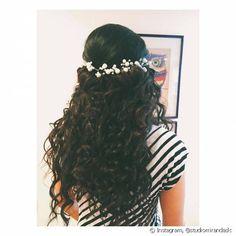 Os cabelos escuros ficam ótimos com acessórios brancos em contraste com os fios