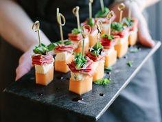 recettes faciles, brochettes melon, fromage bleu, jambon, prosciutto et basilic, idée de recettes tapas a faire soi meme, spécialité espagnole