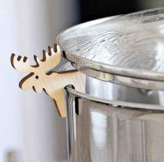 Un protector de ollas es perfecto para levantar la tapa cuando el contenido está hirviendo. | 27 soluciones geniales para tus problemas en la cocina