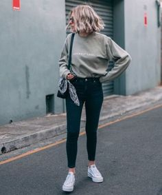 casual green sweatshirt with black jeans and white sneakers. Visit Daily Dress M. Trendy Outfits, Winter Outfits, Fashion Outfits, Womens Fashion, Fashion 2018, Jeans Fashion, Sneakers Fashion, Outfits With Converse, Jean Outfits