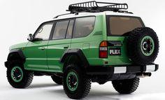 95プラドをPOPなカラー&デザインにカスタム、カラーボム     FLEXが提案する95プラドカスタムの新機軸、カラーボム 先日紹介させていただきました95プラドやハイエースベースのコンプリート車両「アメリカンクラシック」は新しい形のレトロさを付与したコンプリート車のシリーズでした。そういった形のカスタムもFLEXは得意としていますが、新しいカスタム提案へのチャレンジも忘れてはいません。2016年2月12~14日に開催される「大阪オートメッセ2016」で初披露される新コンプリートシリーズ「カラーボム」がFLEXが新たに提案するランドクルーザーのカスタムプランになります。大阪オートメッセ2016には少し早いですが、こちらのページでその概要を簡単にご紹介させていただきますね。 遊び心が溢れたデザイン&カラフルさが注目ポイント…