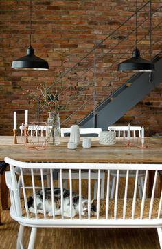 vintage Holztisch mit weißer 50er Jahre Sprossenbank und Industrie Lampen vor rustikaler Backsteinwand // leelahloves.de