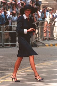 Vogue: Princess of Wales-JULY 1994 - Wearing a slim navy skirt suit with white lapels and cuffs and a wide-brimmed hat, Diana attended the wedding of Sarah Armstrong Jones to Daniel Chatto at St Stephen's Church in London. Photo By PA Photos Lady Diana Spencer, Kate Middleton, Lady Sarah Armstrong Jones, Princess Diana Fashion, Catherine Walker, Navy Skirt, Skirt Suit, Princess Of Wales, Queen Of Hearts