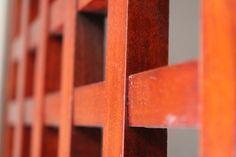 particolare di una griglia per camino , realizzata in ciliegio
