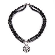 Prosty naszyjnik Onyx wykonany z kamieni półszlachetnych (onyksów), ozdabiany przywieszką w kolorze ciemnego srebra pokrytą rutenem.