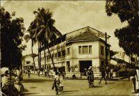 Conakry, route et hôtel du Niger. – Cet établissement a été fondé, comme le Grand Hôtel, par un entrepreneur corse dans l'entre deux guerres. Celui-ci, Jean-Babptiste Ferracci, né en 1884 à Sartène, était arrivé en Guinée à l'âge de 19 ans pour y exercer le métier d'agent de commerce. En 1938, son accession à la direction de l'Office guinéen des caoutchoucs et des palmistes consacre sa réussite professionnelle. Egalement investi dans la vie commune et dans la défense de la condition des…