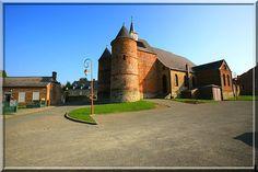 Wimy - Aisne - Je suis fasciné par les églises de la Thiérache. Elles sont souvent rouges, elles comportent la plupart du temps de rondes tours défensives aux dimensions différentes et elles ont ont  une nef parfois simple et linéaire et parfois tortueuse par des ajouts successifs de chapelles et de collatéraux. Un régal pour les passionnés d'architecture religieuse.