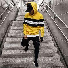 "// 💛🖤 𝙼𝙹𝙶 𝙱𝙻𝙾𝙲𝙺 𝚂𝚃𝚁𝙸𝙿𝙴 𝙷𝙾𝙾𝙳𝚈 ""𝙼.𝙶𝙾𝙽𝚉𝙰𝙻𝙴𝚂"" // 𝚈𝙴𝙻𝙻𝙾𝚆/𝙱𝙻𝙰𝙲𝙺/𝚆𝙷𝙸𝚃𝙴 📷 by ✔️ ✖️✖️✖️ —————————————————— Stylish Hoodies, Mens Jogger Pants, Moda Blog, Longsleeve, Men Looks, Mens Clothing Styles, Mens Sweatshirts, Camouflage, Boy Outfits"