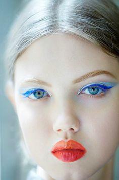 Orange lipstick blue eye makeup Lindsey Wixson backstage at Christian Dior Couture Fall Winter 2012 Artist Makeup, Makeup Art, Hair Makeup, Eyeliner Makeup, Makeup Style, Beauty Make-up, Beauty Hacks, Hair Beauty, Foto Face