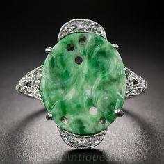 Una de tres piezas de baño rara y maravillosa de jade tallado, hecho a mano de encargo en platino, circa 1930, compuesto por un par de pendientes, un anillo y un pasador bar. Los colores abigarrados verdes placas de jade ovales representan motivos frutales de ciruela, y el anillo y los pendientes están adornados además con brillantes rosas de corte medias lunas de diamante fijados. Un conjunto Art Deco encantador y versátil. El anillo es actualmente el tamaño de 4 1/4. Acompañado por un…