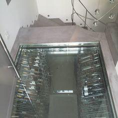 Espace cave vin sur mesure sous escaliers villa p for Cave a vin escalier