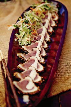 La première recette de tataki de thon que j'ai réalisé et dégusté. Une MERVEILLE et si simple!! À la salade, ajouter de la menthe, pour une fraîcheur exquise!!! J'achète les morceaux de thon jaune congelé au Costco: just perfect