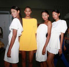 Listas para la pasarela. De amarillo, la modelo Roshni Copriz, una de las más impactantes de FWP  2013. Revista Ellas