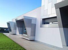 El panel composite de aluminio pensado para el revestimiento de fachadas os aportará multitud de posibilidades constructivas gracias a sus buenas propiedades tanto mecánicas como físicas y a su versatilidad.