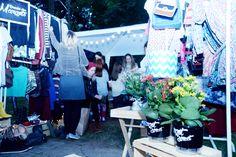 O que rolou no Margot Street durante o dia - decoração sustentável - décor - pallets - Incubadora de Arquitetura - do it yuourself - DIY - garrafas reformadas - garrafas de vidro coloridas - latas reformadas - flores - Foto: Néia Dutra