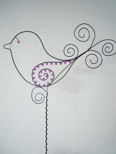 Ptáček parádník fuchsiový - zápich Drátovaná dekorace z černého vázacího drátu, dozdobená skleněnými korálky. Velikost:19,5 cm x 10 cm, výška zápichu 30 cm.