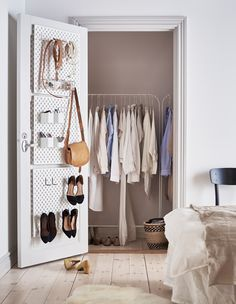 Tre pannelli SKÅDIS bianchi fissati all'interno della porta di una cabina armadio per organizzare scarpe e accessori - IKEA