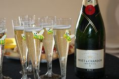 Coupes de champagne avec Abeilles.