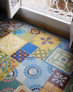 Pavimento hidráulico con originales y coloridas piezas.