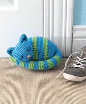 This crochet amigurumi doorstop is just too cute! Sleepy Kitty Doorstop - Media - Crochet Me Gato Crochet, Crochet Amigurumi, Amigurumi Patterns, Crochet Dolls, Knitting Patterns, Crochet Home, Knit Or Crochet, Crochet Crafts, Knit Patterns