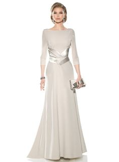 Vestido de madrina largo doble crepe 3465 Teresa Ripoll by Teresa Ripoll… Long Mothers Dress, Mother Of The Bride Dresses Long, Mother Of Bride Outfits, Mothers Dresses, Mob Dresses, Fashion Dresses, Bridesmaid Dresses, Gowns With Sleeves, Formal Gowns