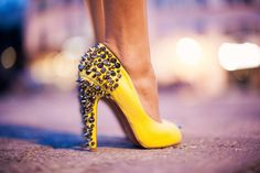 Yellow + spikes = fashionismo na certa!