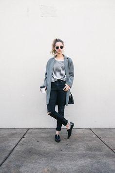 ... und schwarzes horizontal gestreiftes T-Shirt mit einem  Rundhalsausschnitt, schwarze enge Jeans mit Destroyed-Effekten, schwarze Leder  Slipper für Damen 2eb1860a66