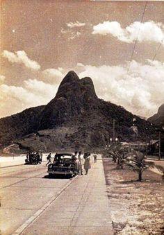 Leblon - Ao fundo vemos o Pico dois Irmãos. Ano: 1956